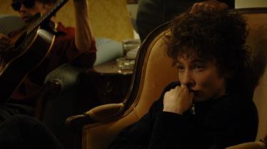 Genialt. Den høje og magre Cate Blanchett dominerer filmen med en genial sans for at eftergøre Dylans midttresser speed-mannerismer.