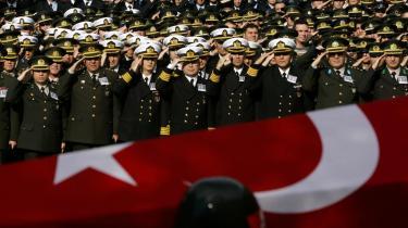 Tyrkerne kalder deres døde soldater -martyrer-, og dermed gør de det til noget særligt ærefuldt, nærmest religiøst, at dø i kamp.