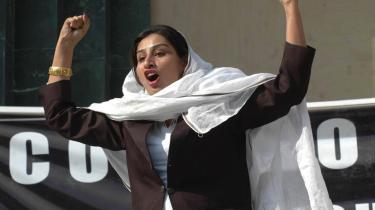 På et møde i Peshawar fordømmer en pakistansk sagfører præsident Pervez Musharrafs brug af den pakistanske højesteret som løftestang for at kunne fortsætte i en ny regeringsperiode.