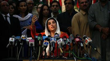 Den udvalgte. Benazir Bhutto har aldrig selv bedt om magten, siger hun. Alligevel har hun konstant opsøgt den og samtidig trukket et spor af vold og bedrageri efter sig. Hun er flere gange blevet anklaget for korruption i millionklassen, og i 1996 fordømte Amnesty International den rutinemæssige tortur og mord på politiske modstandere under Benazir Bhuttos regering. Regeringen med verdens dårligste menneskerettighedsstatistikker, kaldte de den. Men alt det er længe glemt, for i dag er hun Pakistans hjemvendte datter.