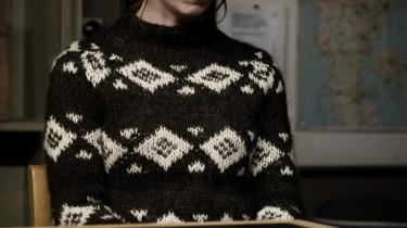 Problemerne tårner sig op i -Forbrydelsen- for Sarah Lund spillet af Sofie Gråbøl, men alt løses i morgen aften. I afdelingen for kuriosa er hendes sweater, som hun bærer ude og inde, blevet kult. Den ligner en islandsk sweater, men færinger har nu taget æren for designet. Den kunne være produktplaceret af Håndarbejdets Fremme.
