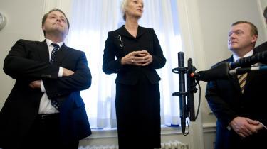 Karen Jespersen, der bliver velfærdsminister og minister for ligestilling, talte fredag, da hun og den nye minister for sundhed og forebyggelse, Jakob Axel Nielsen (t.v.), fik overdraget deres nye ministerposter. Tidligere indenrigs- og sundhedsminister Lars Løkke Rasmussen ses til højre.