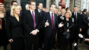 Statsminister Anders Fogh Rasmussen præsenterede i går sin nye regering. Omdannelsens store overraskelse er udnævnelsen af venstrefløjens utvetydigt foretrukne borgerlige politiker Birthe Rønn Hornbech (th. for Fogh) til integrationsminister