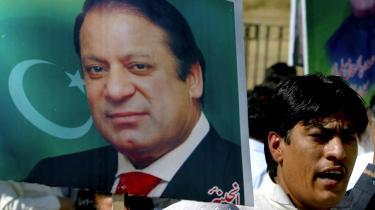 Nawaz Sharifs tilhængere har længe demonstreret for, at han skal have lov til at vende tilbage til Pakistan.