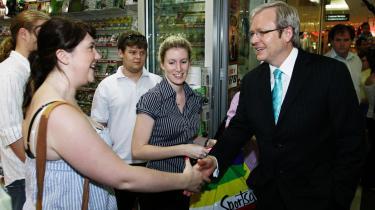 Labor-lederen Kevin Rudd, der ifølge meningsmålingerne står til sejr i det australske valg, forsøger at vinde flere tilhængere i et indkøbscenter i Brisbane.