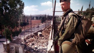 29. november 1947 var dagen, hvor palæstinensernes skæbne blev beseglet. I løbet af de næste måneder blev den oprindelige befolknning jaget ud af deres huse og sendt i landflygtighed til et liv i flygtningelejre. Dagens kronikør er født i en af dem. Her holder en israelsk soldat vagt ved Aroub-lejren ved Hebron.
