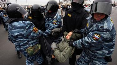 En demonstrant bliver arresteret under søndagens anti-Putin-demonstration i Sankt Petersborg.
