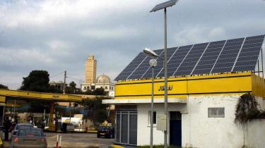 Algeriet er blevet et foregangsland på energiområdet. Her en benzinstation med en kæmpe solfanger i en forstad til hovedstaden Algier.