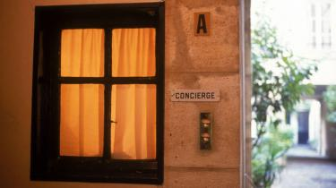 Romanens snobbede concierge er overraskende intellektuel og læser Kant i sit typiske lille portnerbur i ejendommen.