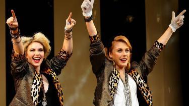 Kelly Price (th.) som Roberta Glass og Emma Williams som Susan i -Desperately Seeking Susan- på Novello Theatre i London, De er overbevisende i deres roller, men selve stykket hænger ikke rigtigt sammen, og man efterlades med en tom følelse af, at de unge skuespillere er blevet snydt - ligesom publikum.