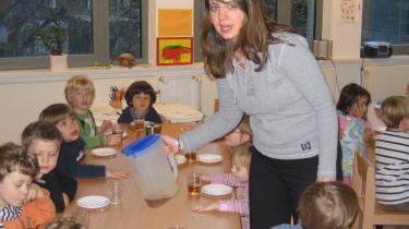 Carola Grote er vant til at arbejde med tosprogede børn i Musikkindergarten Berlin, hvor de 60 børn tilsammen taler 18 sprog plus tysk. Hun sprogtester hvert år alle de femårige børn. Sprogtesten vurderer både børnenes aktive og passive ordforråd, og hun finder intet diskriminerende ved at sprogteste de femårige. Tværtimod mener hun, det er en stor hjælp for både børn og forældre