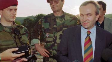 Jovica Stanisic (th.), den tidligere sikkerhedschef under Milosevic, er en farlig mand med mange magtfulde venner. Han er anklaget ved domstolen i Haag, men er på fri fod, indtil retssagen begynder.