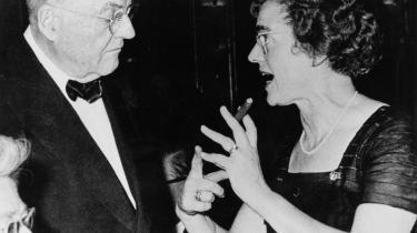Høj cigarføring. Bodil Koch var ikke bleg for at tale autoriteterne imod, som her ved en gallamiddag, hvor hun er i færd med at fortælle den amerikanske udenrigsminister John Foster Dulles, hvad hun synes om USA-s udenrigs- og Kinapolitik.