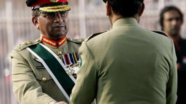 Musharraf for sidste gang i sin generalsuniform, mens han overrækker ceremonistokken til sin efterfølger.
