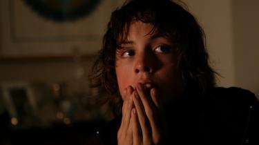 Den døsige iagttager. Alex- store, brune øjne får lov at fylde hele lærredet, mens hans omgivelser ofte blot præsenteres i uskarpe sekvenser. Og det virker: Vi kommer helt ind i hovedet på den 16-årige teenager.