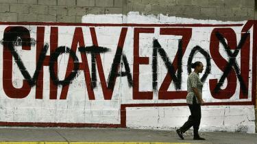Venezuelanerne skal på søndag sige ja eller nej til en reform, der indebærer en ændring af 69 af forfatningens i alt 530 punkter. Det mest kontroversielle vil give Hugo Chavez mulighed for at stille op som præsident på livstid.