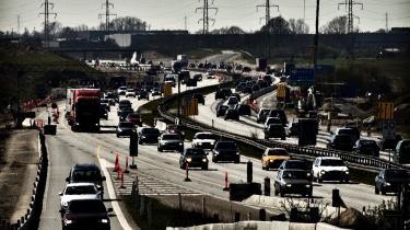 I 2005 skabte trafikpropper forsinkelser på 130.400 persontimer pr. døgn, og i 2030 vil trafikmængden på de danske veje være steget med mellem 70 og 90 procent. Det er den fremskrivning, infrastrukturkommissionen skal forholde sig til. Men kommissionen kritiseres for ikke at tage tilstrækkeligt hensyn til miljøet.