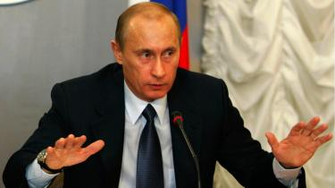 Præsident Putin træffer alle væsentlige belutninger egenhændigt. De regeringskontrollerede medier har kvalt al politisk diskussion; han lader sine KGB-venner svælge i lovløse rapserier.