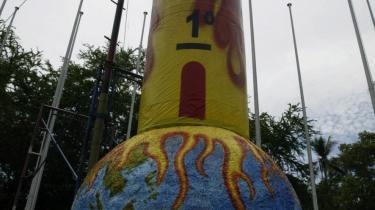Greenpeace-aktivister opstillede et kæmpemæssigt, overophedet termometer for at byde deltagerne i klima-mødet velkommen til Bali.