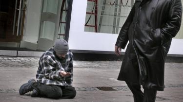 En tigger forsøger at skaffe sig til dagen og vejen på Strøget i København. Lighed gennem omfordeling er til skade for samfundet, mener CEPOS
