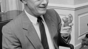 Den første kendte kartoffelkur blev forhandlet færdig den 13. oktober 1986 med Poul Schlüter ved roret. Her viser han i den anledning en deform kartoffel. Arkiv