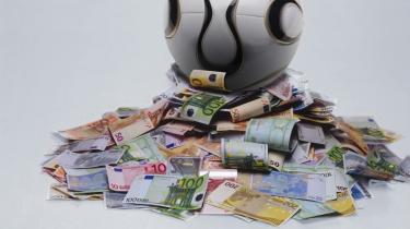 UEFA oprettede i 1999 en market pool, der betyder, at Champions League- og UEFA Cup-pengene fordeles delvist efter, hvor godt holdene spiller og delvist efter, hvor store deres hjemmemarkeder er. På den måde påvirker pengene sporten direkte, mener sportsøkonom Troels Troelsen
