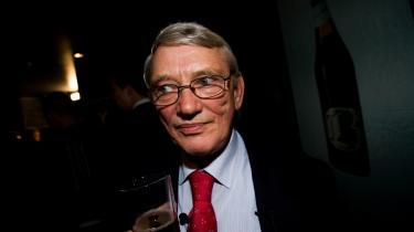 Jørgen Poulsen kræver to årslønninger af sin tidligere arbejdsplads, Dansk Røde Kors. Konflikten er opstået, efter Jørgen Poulsen blev valgt til Folketinget for Ny Alliance.