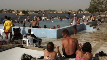 Sol og bad. Drikkeguiden anbefaler de to kinesiske restauranter, grillaftenerne arrangeret af det private vagtfirma Blackwater, de såkaldte Blackwater BBQ-s, og pladsen foran Saddams Svømmepøl, hvor der er livemusik og udspringskonkurrencer i sommermånederne.