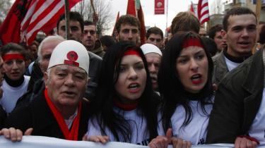 Kosovoalbanere i en demonstration for et selvstændigt Kosovo. Drømmen om selvstændighed havde trukket omkring 3.000 på gaden i Pristina.