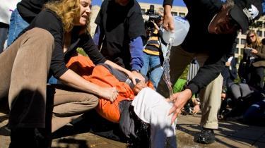 De sidste 40 års demokratiseringsproces i store dele af verden har ikke fået efterspørgslen på tortur til at dale. Her udsætter Maboud Ebrahim Zadeh sig frivilligt for -Waterboarding- under en demonstration imod tortur foran Justitsministeriet i Washington.