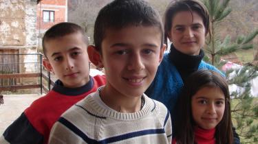 Serbiske Milanka Stavovic og hendes tre børn Nenas, Srdan og Gordana lever et ensomt liv uden for den kosovoalbanske landsby Slivova. De har ingen legekammerater. For selv om der er masser af albanske børn i området, er skolerne opdelt efter befolkningsgruppe, og de lærer ikke længere hinandens sprog