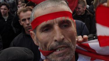 En kosovoalbaner protesterer for Kosovos uafhængighed ved at bide i et amerikansk flag ved en større demonstration i Pristina forleden. Serbien tilbyder Kosovo myndighedsudøvelse, som normalt kun er forbeholdt selvstændige stater og vil give Kosovo det mest udstrakte selvstyre, som verden til dato har set. Men mange kosovoalbanerne vil mere end det.