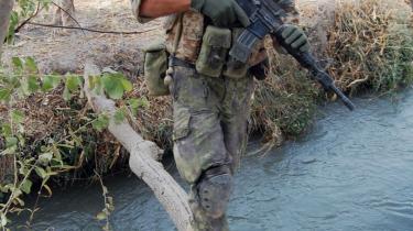 De danske ISAF-soldater i Helmands Grønne Zone patruljerer hver dag lige forbi opiummarkerne uden at gøre noget. Ifølge Danmarks fortolkning af ISAF-mandatet har de ikke lov til at gribe ind, men det er USA og FN-s organisation for narkobekæmpelse UNODC, uenige i. Marken i baggrunden her er netop blevet sået til med opiumfrø.