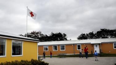 Ikke alle EU-lande tilbyder deres asylansøgere husly. Grækenland har kapacitet til at huse 740 asylansøgere, men modtager flere tusind hvert år. Irakiske asylansøgere i Grækenland risikerer derudover at blive sendt tilbage til Irak uden at få behandlet deres ansøgning.Røde Kors asylcenter, Jelling.