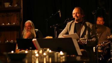 Det er fortsat muligt at nytænke julemusikken trods genrens skær af muzak til gløgg. Norske Ole Paus har skabt en jordnær juleplade, indspillet på en café midt i Oslos gadeliv