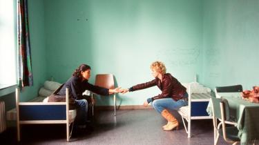 Budskab. En af de få scener, hvor Fathi Akin forfalder til budskabssymbolik: Et par udstrakte hænder beder om forståelse.