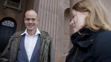 To af de syv tiltalte i sagen om t-shirts, der skulle være solgt til støtte for PFLP og FARC, Bobby Schultz (t.v.) og Katrine Willumsen (t.h.), smilede i går, efter de blev frifundet i Københavns Byret: -Dommen i dag er et ydmygende nederlag for justitsminister Lene Espersen, der har gjort sig selv til grin ved at prøve at få dømt en pølsemand som terrorist, fordi han har hængt et foto af en t-shirt op i sin pølsevogn,- lød det fra Bobby Schultz