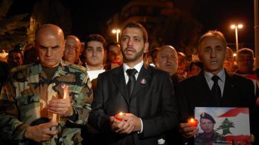 Elie Hajj, i midten, er søn af brigadegeneral Francois Hajj, der blev dræbt af en bilbombe onsdag. Sønnen er omgivet af højtstående libanesere ved en mindehøjtidlighed for den afdøde far i Beirut i går.