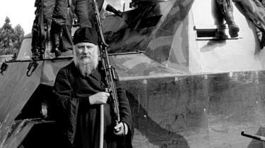 Den kristne biskop i Bosnien var ofte til stede ved politiske møder, og viste sig offentligt sammen med den politiske leder Radovan Karadzic og den militære leder Ratko Mladic. Her besøger biskop Filaret en hærenhed i september 1991.