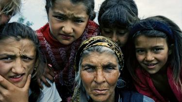 Stor fotoudstilling i Kunsthallen Nikolaj skildrer og giver stemme til Europas udstødte folkeslag, romaerne. Med Joakim Eskildsens fotografier og Cia Rinnes fyldige tekstmateriale får vi nu en chance for at se mennesket bag stereotypen