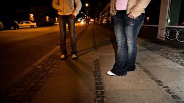 Mens alfonsen BT sad og spillede kort på Café Yrsa, traskede de prostituerede, han havde hentet til Danmark, rundt i Skelbækgade på Vesterbro på stadig jagt efter kunder og den 500-kroneseddel, som er standardbetaling for sex bag i bilen.