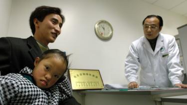 Liwen (nederst) har Downs syndrom. Det har gjort forældrenes allerede vanskelige økonomiske situation værre. Moren er nu hjemmegående for at tage sig af datteren, da der ingen støtte er at hente fra staten. FamilIen lever nu af farens månedlige indkomst som arbejdsmand på lige over 700 kroner.