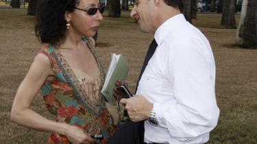 Charmør. Præsidentkandidaten Sarkozy med sin portrættør, forfatteren og instruktøren Yasmina Reza. De to fulgtes tæt ad i et år, men det var Frankrig - ikke Reza - som Sarkozy var ude på at forføre.