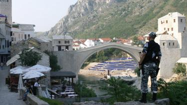 Had. Konflikten i eks-Jugoslavien og ødelæggelsen af broen i Mostar er et eksempel på, hvor skadelig fastfrosne identiteter kan blive, når -sammenlignende forskellighed- udvikler sig til had.