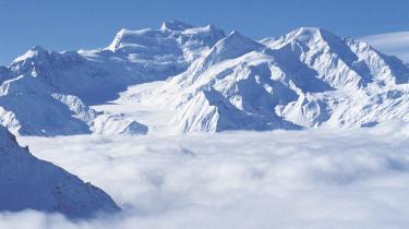 Skiparadis. Mont Fort knejser over Verbier, der både er for den øvede og nybegynderen. Og hvis man slet ikke står på ski, kan man tage på after-ski i stedet for. I byen, hvor Ferrarierne og overklassefruer i pels, er dagligdag er der restauranter i Michelin-klassen, men man kan også slappe af foran pejsen med et godt glas rødvin.