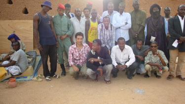 Kenneth A. Balfelt i lyserød skjorte nederst til venstre med de indsatte i fængslet i Agadez i Niger. Her har Balfelt opstartet et rehabiliteringsprojekt, hvor de indsatte underviser hinanden i blandt andet tegning, smykkekunst og tøjvask og tilbydes uddannelse som tømrer og skrædder. Sultanens søn Prince Lacombe underviser i fodbold.