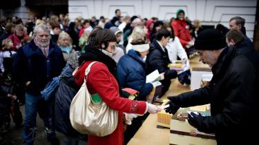 Personalet i Frelsens Hær delte i år julehjælp ud til 2.300 familier, alene i København. På landsplan er antallet af familier oppe på 6.000. Julehjælpen skal sikre at fattige børnefamilier har mulighed for at holde en jul, som minder lidt om klassekammeraternes.