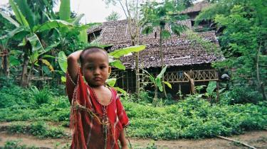 Der er nu over 30 millioner flere mænd end kvinder i Kina, og de kinesere, som bor nær grænsen til Burma er nu begyndt at købe piger bestemt til at blive brude til mænd, der er gamle nok til at være deres fædre eller sågar bedstefædre.