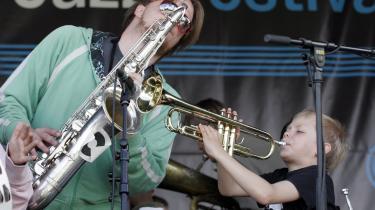 Hverken tv eller de skrevne medier levner megen plads til jazzmusik. Og problemet rækker måske helt ned til den musikalske dannelse eller manglen på samme, som vi møder i skole og uddannelse. Her forsøger Kresten Osgood at råde bod på miseren under Jazz for Kids i Kongens Have under sommerens Copenhagen Jazz Festival.