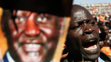 Meningsmålinger spår en snæver sejr ved Kenyas præsident- og parlamentsvalg til udfordreren, den 62-årige Raila Odinga (plakat). Men han ligger kun få procentpoint foran den 76-årige siddende præsident, Mwai Kibaki, der blev valgt i 2002.